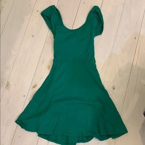 Dresses & Skirts - Green dress with open back